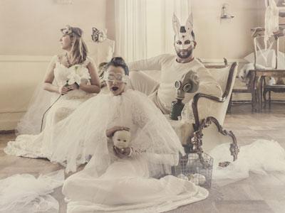 Bild på tre artister med masker.