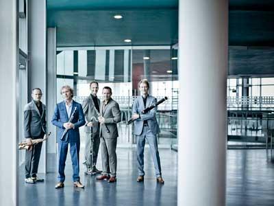 Fem män som står i hall