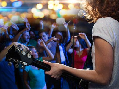 Kvinnlig artist och publik