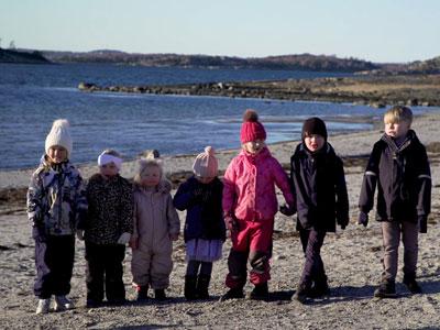 Förskolesklass på stranden i Åsa